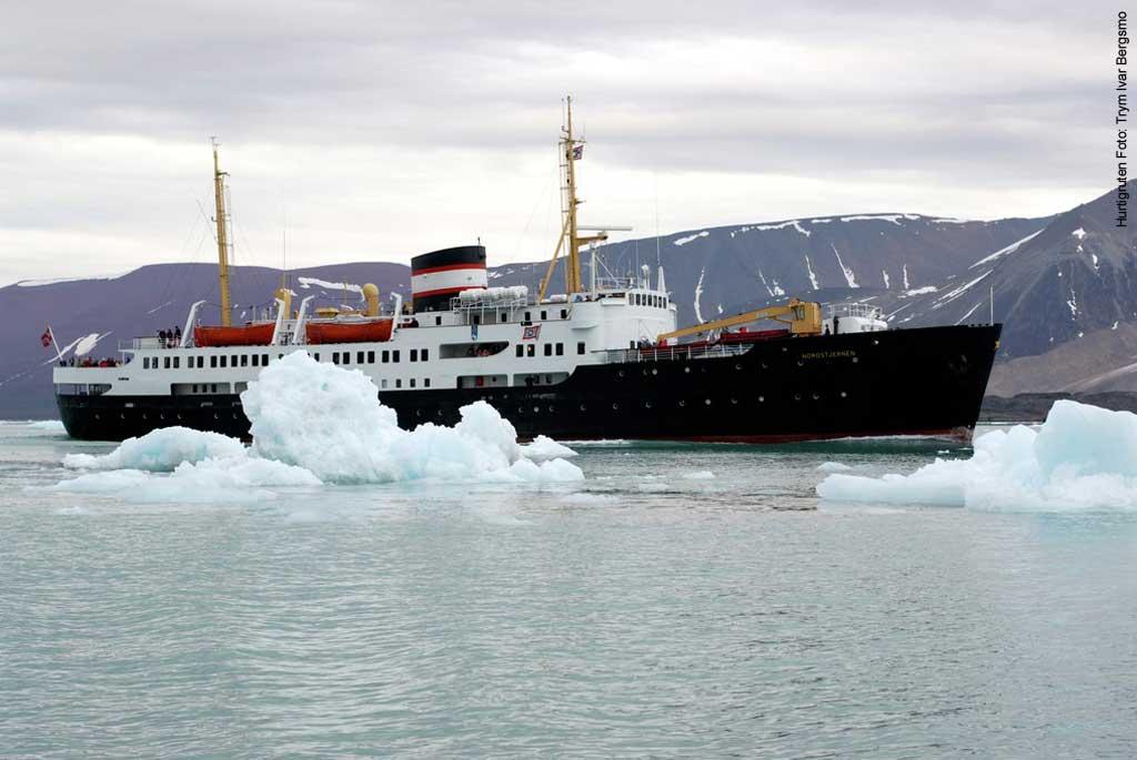 Das-Hurtigruten-Schiff-MS-Nordstjernen-zwängt-sich-durch-die- Eisberge-vor-Spitzbergen