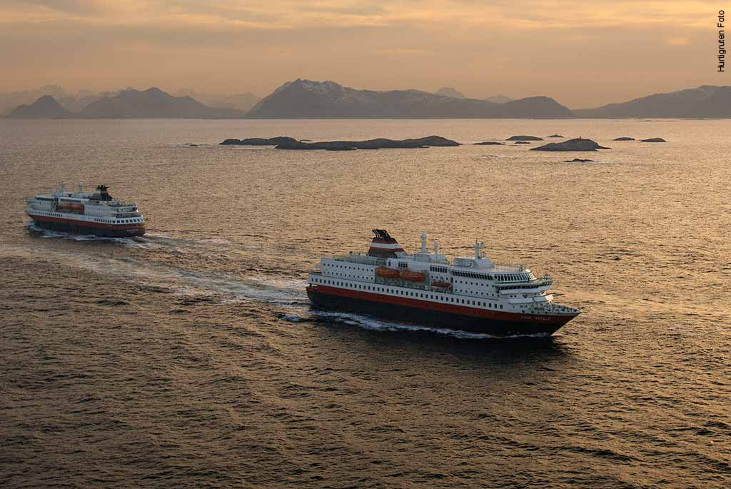 Treffen-von-zwei-Hurtigruten-Schiffen-vor-der-Küste-Norwegens