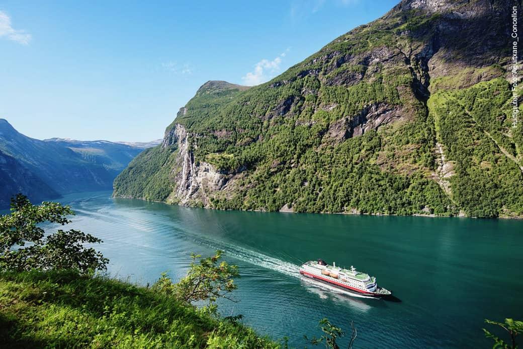 Mit dem Hurtigruten Reisebüro im Geirangerfjord in Norwegen