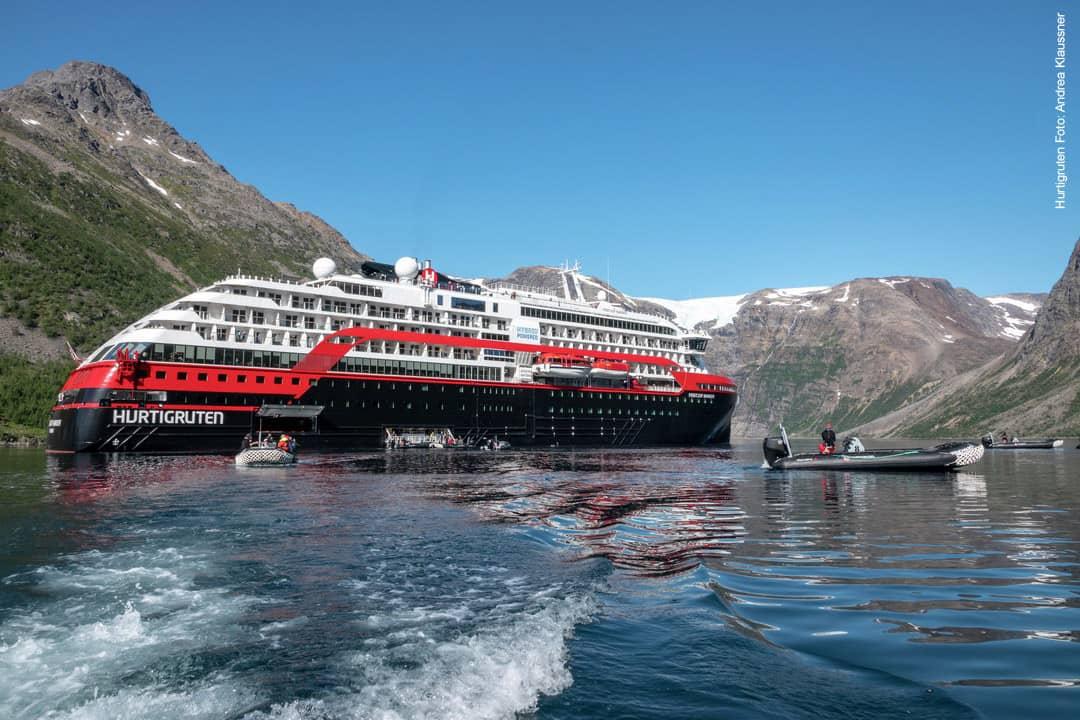 Hurtigruten MS Fridtjof Nansen im Isfjord in Norwegen