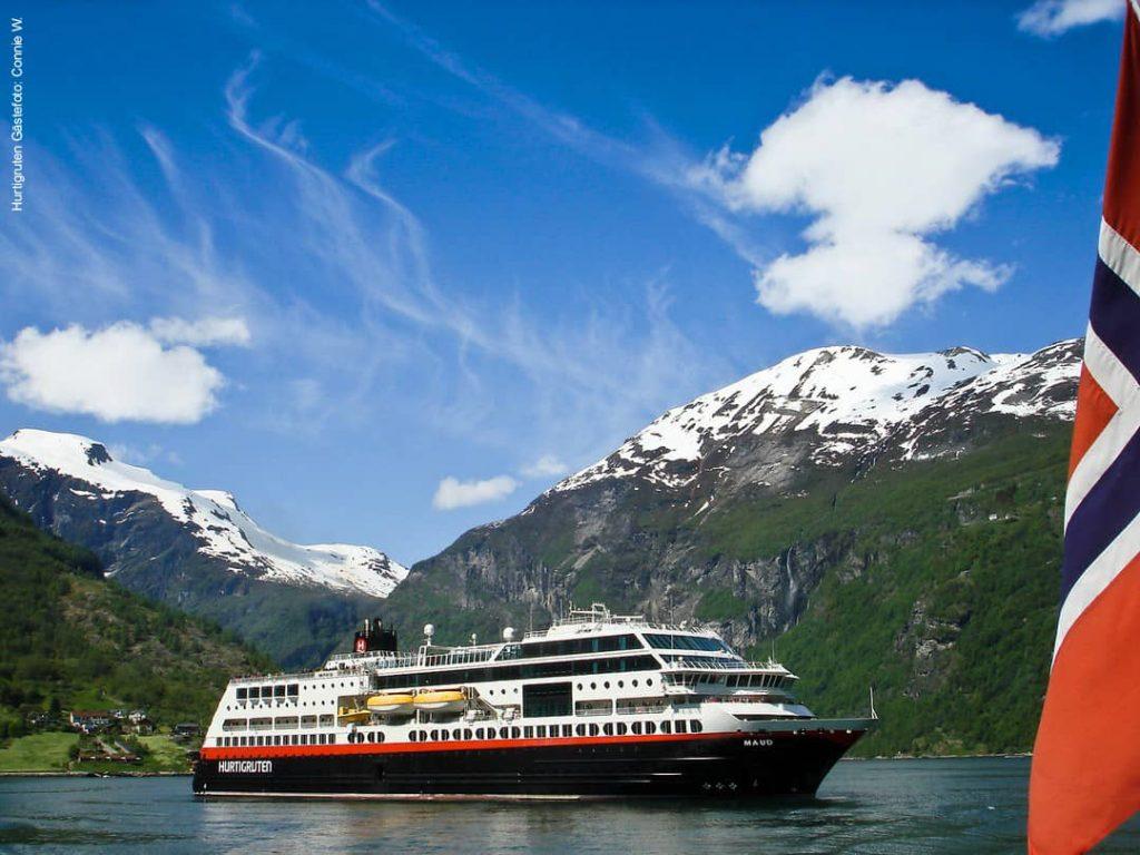 Hurtigruten Schiff MS Maud im Geirangerfjord in Norwegen