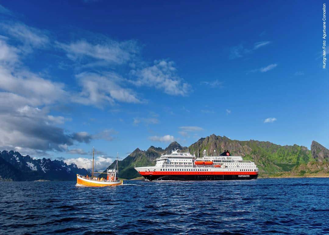 Hurtigruten Schiff MS Otto Sverdrup vor Fjordküste in Norwegen