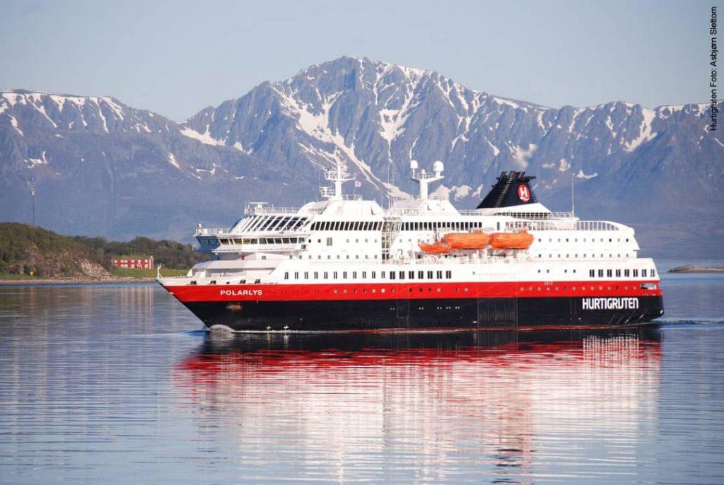 Hurtigruten Schiff MS Polarlys vor Küste in Norwegen