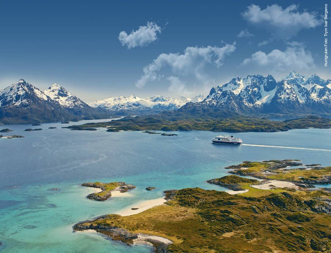 Hurtigruten Angebote: Schiff im Raftsundet in Norwegen