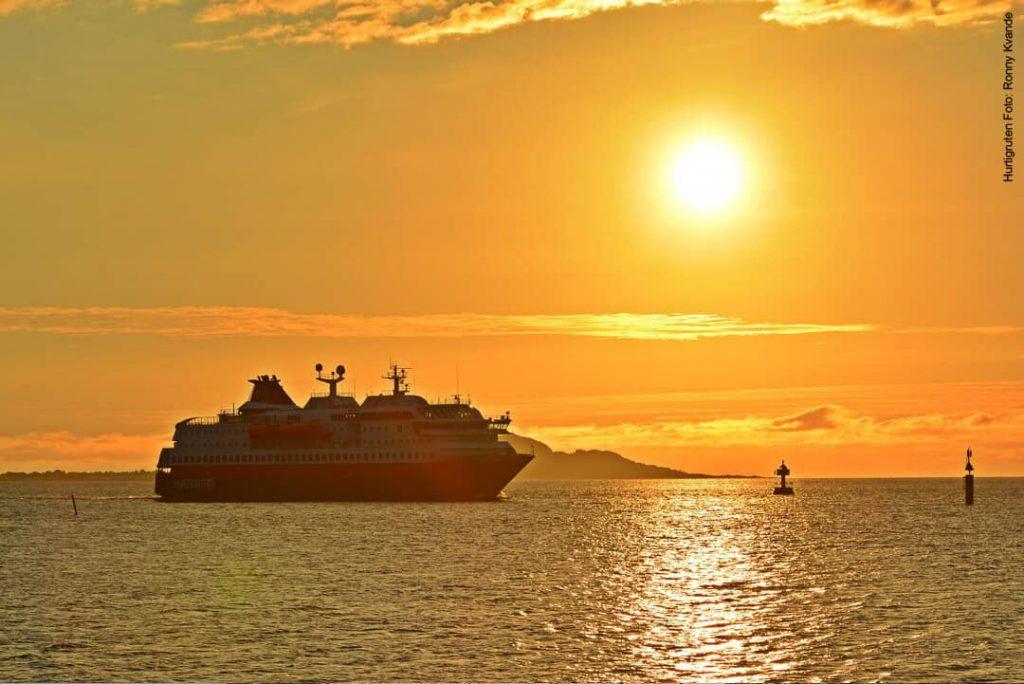 Hurtigruten beste Reisezeit Mitternachtssonne Norwegen MS Polarlys